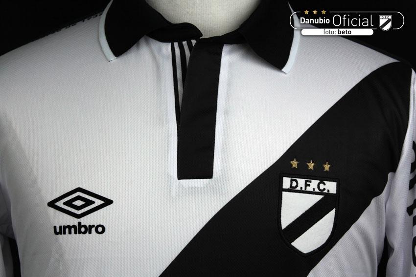 El nuevo Kit de juego Umbro para Danubio Fútbol Club tiene el objetivo de  unifcar la historia y la identidad de la institución con el fin de  representarla ... d75eedc51489c